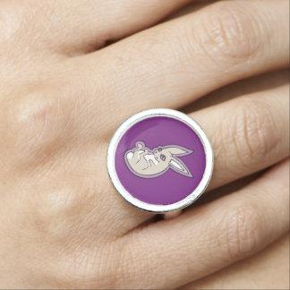 幸せなラベンダーのウサギのピンクの目インクスケッチのデザイン 指輪