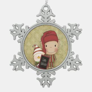 幸せな休日の印を持つ小妖精や小人そして雪だるま スノーフレークピューターオーナメント