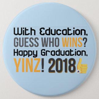 幸せな卒業、Yinz! メガPin 缶バッジ