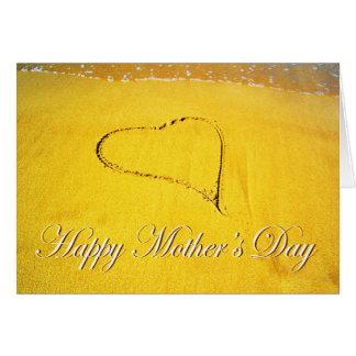 幸せな母の日、ビーチの砂で描かれるLoveheart カード