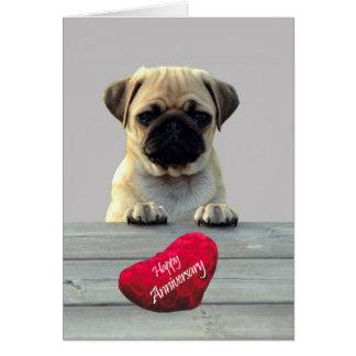 幸せな記念日の挨拶状を望むかわいいパグ カード
