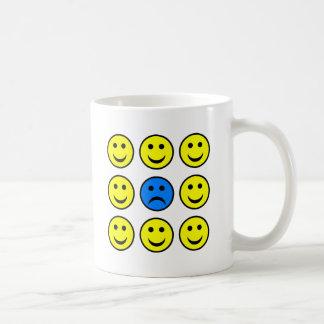 幸せなSmiliesの群集の悲しいスマイリーフェイス コーヒーマグカップ