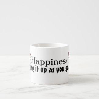 幸福はエスプレッソのコップの上のそれを作っています エスプレッソ用マグ