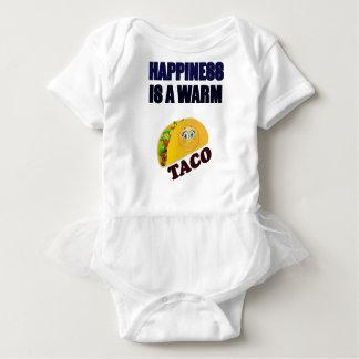 幸福は暖かいタコスのメキシコ食糧ギフトのTシャツです ベビーボディスーツ