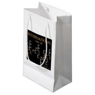 幸福記念する日の3月20日のカードの日 スモールペーパーバッグ