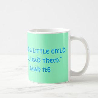 """""""…幼い子供は導き、それらを… """" コーヒーマグカップ"""