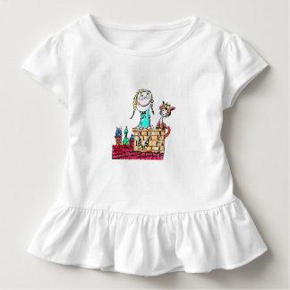 幼児のティー-煙突に坐っている女の子およびCAT トドラーTシャツ