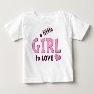 幼児ティーを愛する小さな女の子 ベビーTシャツ