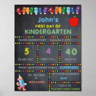幼稚園の印の男の子の最初日、黒板 ポスター