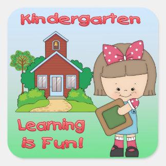 幼稚園の女の子の学ぶことはおもしろいの正方形のステッカーです スクエアシール