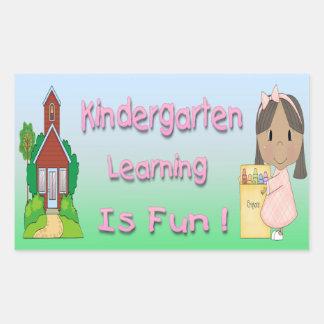 幼稚園の民族に女の子の学ぶことはおもしろいのステッカーです 長方形シール