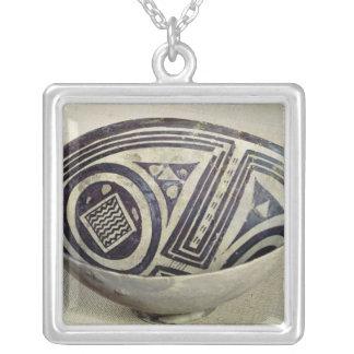 幾何学的なパターンと飾られるボール シルバープレートネックレス