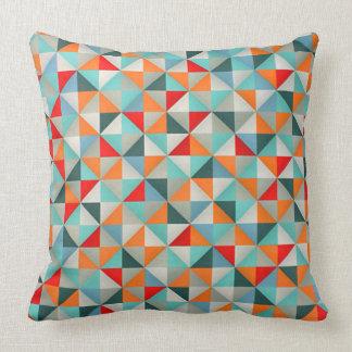 幾何学的な万華鏡のように千変万化するパターンの三角形 クッション