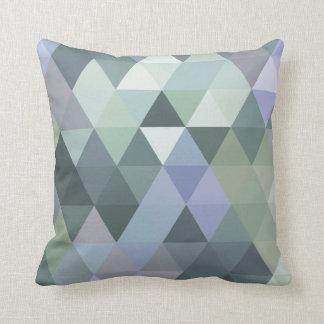 幾何学的な三角形の霧深い朝の青 クッション