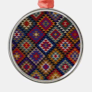 幾何学的な編まれたキルトパターン シルバーカラー丸型オーナメント