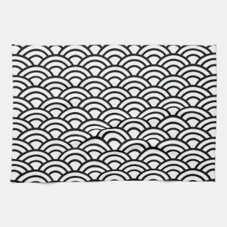 幾何学的な黒く及び白く日本のな魚スケールの円 キッチンタオル