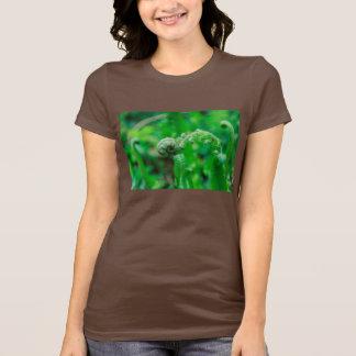 広がるシダのファンタジー Tシャツ