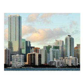 広く澄んな空に対するマイアミの超高層ビル ポストカード