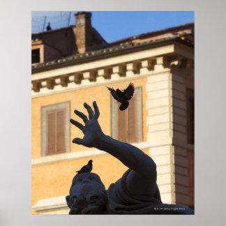 広場のNavona Berniniの噴水の彫像、ハト ポスター
