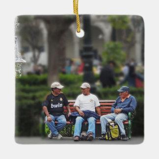 広場-アレキパで話している3人 セラミックオーナメント