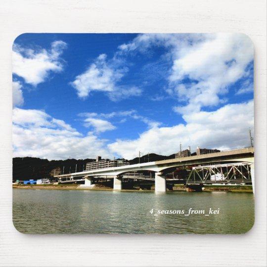 広島市太田川放水路の河川敷より新幹線高架&JR高架を望む素敵な空の背景☆ マウスパッド