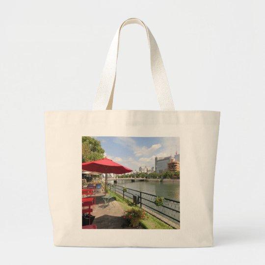 広島市。京橋川沿いのオープンカフェにて。 ラージトートバッグ