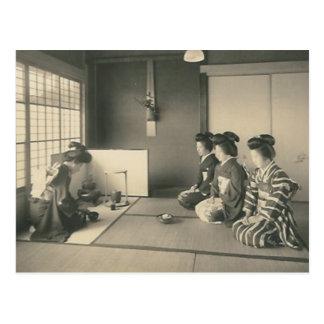床に坐っている日本のな女性 ポストカード