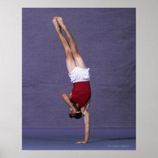 床運動2で行っているオスの体育専門家 ポスター