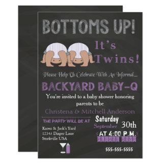 底は双生児のベビーQのベビーシャワーの招待状を持ち上げます カード