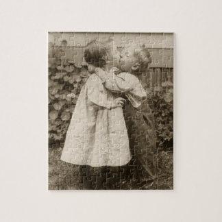 庭で接吻している子供のヴィンテージ愛写真 ジグソーパズル