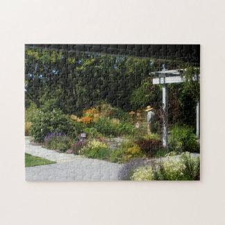 庭のパズルの女性 ジグソーパズル