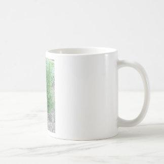 庭のローズマリーの植物。 タスカニー、イタリア コーヒーマグカップ