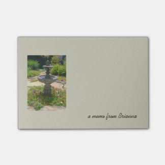 庭の噴水のスケッチおよび文字のメモのテンプレート ポストイット