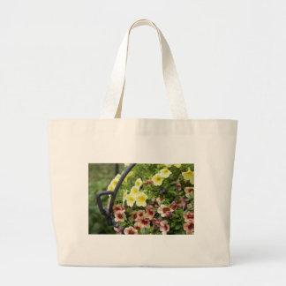 庭の布のバッグの花 ラージトートバッグ