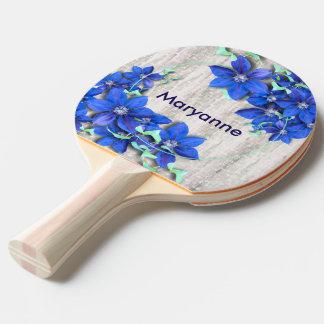 庭の新しい紫色クレマチスの花 卓球ラケット