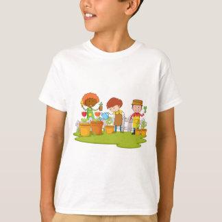 庭の木そして花を植えている庭師 Tシャツ