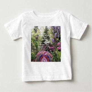 庭の花の美しいは素晴らしい景色です ベビーTシャツ