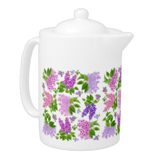 庭の薄紫の花のティーポット