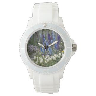 庭道、ジョージアに沿う春の花 腕時計