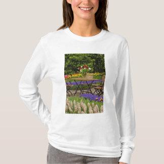 庭、Keukenhofのテーブルのチューリップは庭いじりをします、 Tシャツ