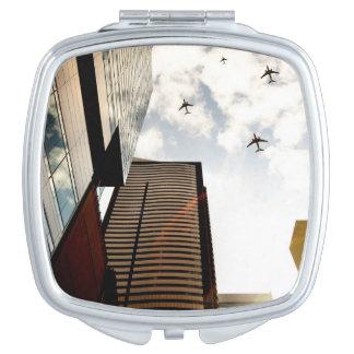 建物に飛ぶ飛行機