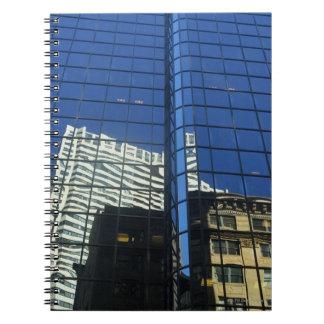 建物の反射の低い角度眺め ノートブック