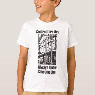 建築業者は建設中常にです Tシャツ
