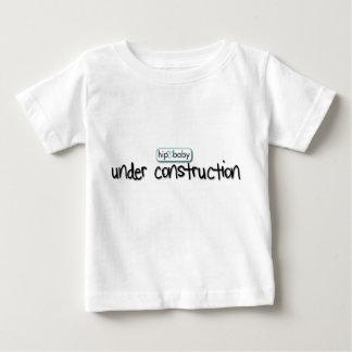 建設中の情報通のベビー ベビーTシャツ