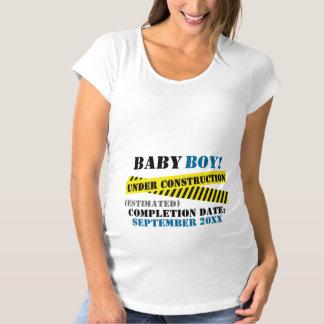 建設中の男の赤ちゃん マタニティTシャツ