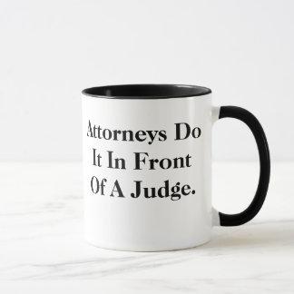 弁護士はそれの-生意気で、失礼な法律のスローガンをします マグカップ