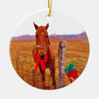 弓及びストッキングを持つクリスマスの馬 セラミックオーナメント