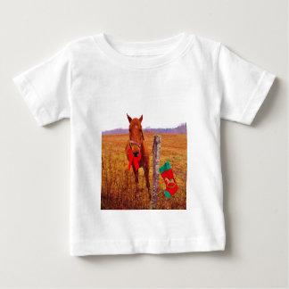 弓及びストッキングを持つクリスマスの馬 ベビーTシャツ