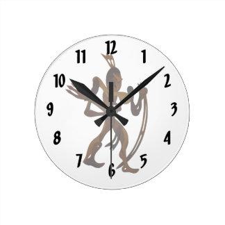 弓木切り出しを握っている先住民 ラウンド壁時計