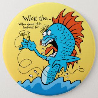 引っ掛かる魚 15.2CM 丸型バッジ